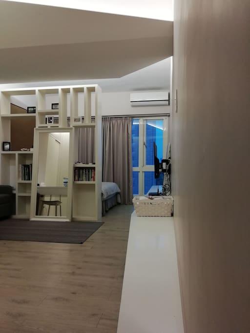 白色的櫥櫃設計加上沉穩的色系透過間接照明更顯舒適...