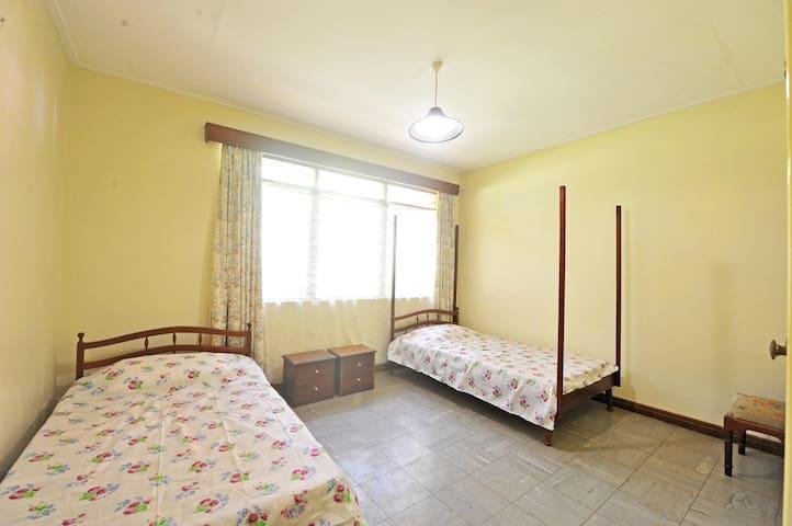 Children's bedroom (2 single beds)