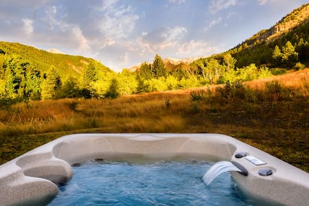 ***Elegant Mountain Cabin Getaway with Hot Tub and Air Conditioning!***