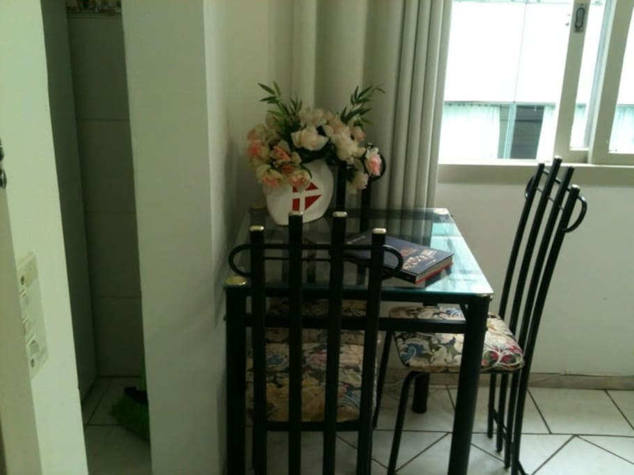 Sala com mesa e cadeiras