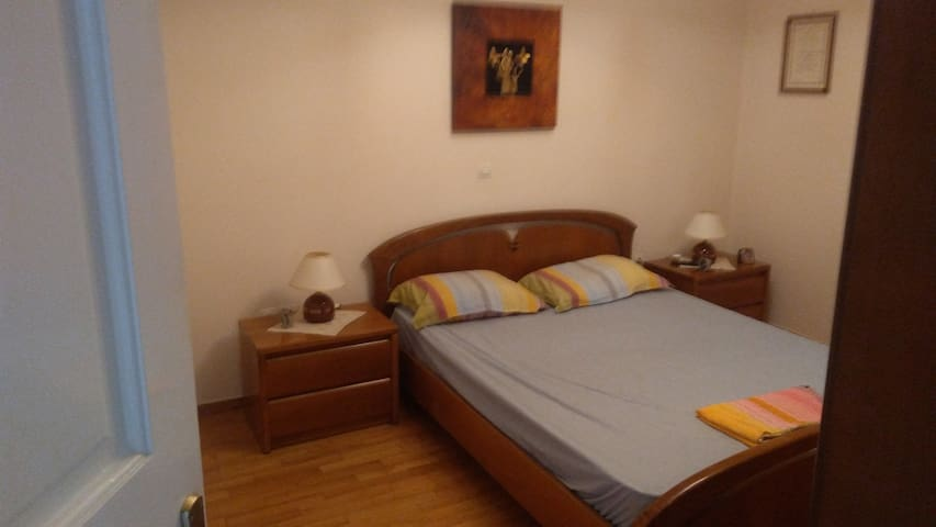 Double bed in comy flat close to metro n airport
