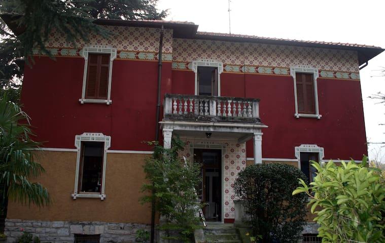 Stanza matrimoniale in villa liberty vicino a Como