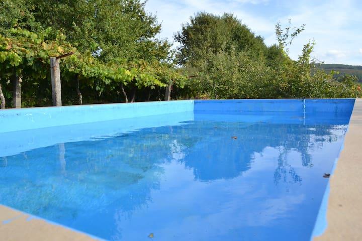 Casa de férias com piscina e vistas para o campo
