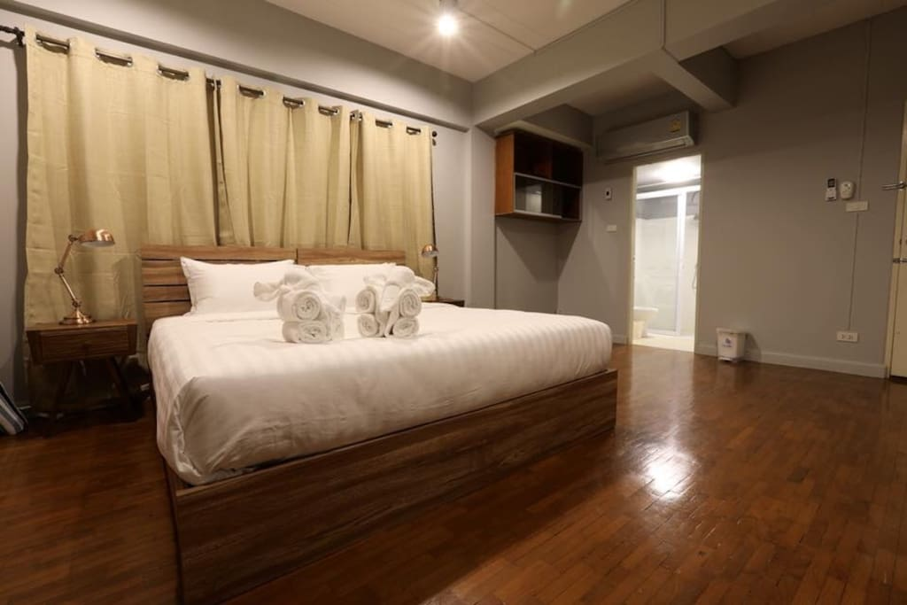 King size bed with private bath room  - 2nd floor