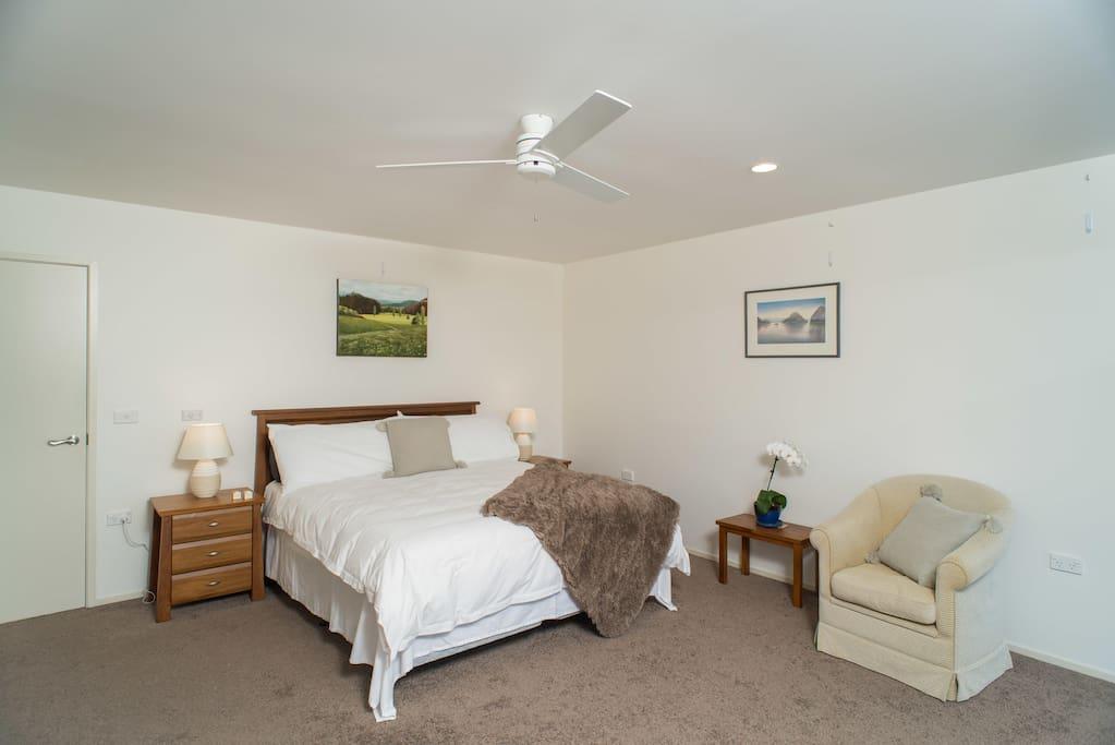 King bedroom aka Waitapu- (same room, different decor).