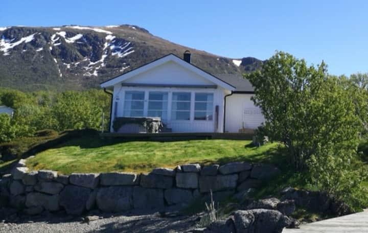 Idyllisk hytte ved sjøen, solrik og skjermet