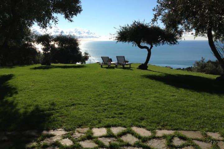 L'Eremo di Monterosso, Cinqueterre. Grey Room - Monterosso al Mare - Bed & Breakfast