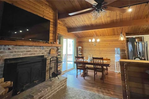 Cozy, private, modern log cabin in heart of PMC.