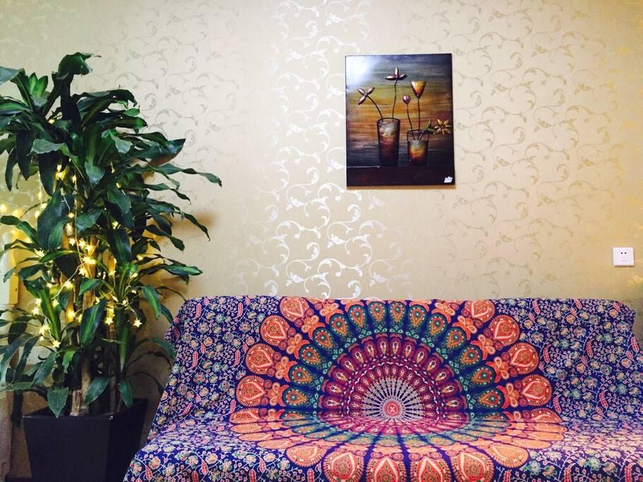 这个房间哪里都舒适,就觉得不够温馨,印度带回来的曼达拉,选了一张最适合的,配上我最喜欢的铁艺挂画,暖色相搭,顿时房间不仅舒适还更加的温暖,跟我的HOT更加搭配。所以生活需要仪式感,仪式感需要美好的东西的来点缀。别问我树是不是假的,我没有假植物,都是真的。养花小技巧也可以问我哦。哈哈哈重庆人买花我可以带你去,打骨折哈哈哈