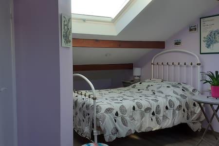 Chambre deux personnes + salle de bain WC privée