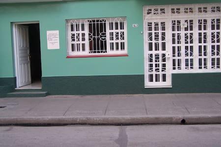 """Casa """"Bretones"""", José Luis y Amarilis - Bayamo - Ház"""