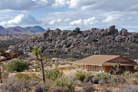 Strawbale solar home on 43 acres ! - Pioneertown