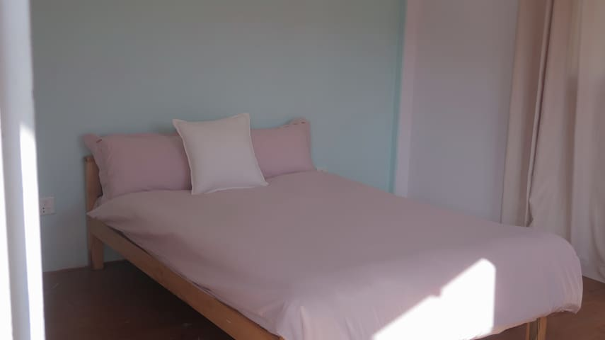small size double bed 4*7feet 一张小号双人床