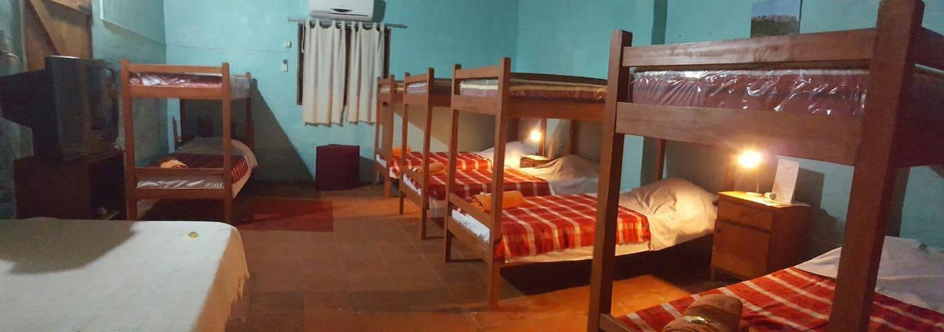 Posada, alojamiento en dormitorio grupal, piscina