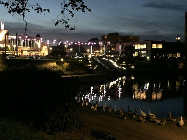 Centrum van Brunssum op 200 m afstand. Met gezellige verwarmde terrassen met zicht op mooi verlicht stadspark met fontein