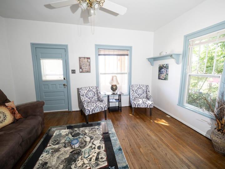Quaint Little Duplex - Artist Home