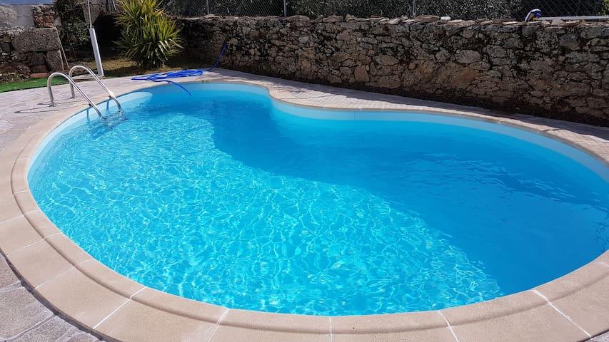 Jardim com piscina com água salgada.