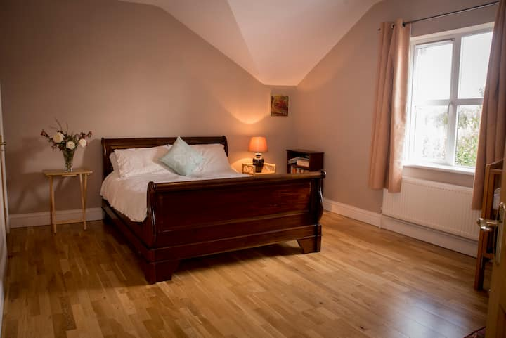 Hollybank House, Spacious Upstairs Double Room