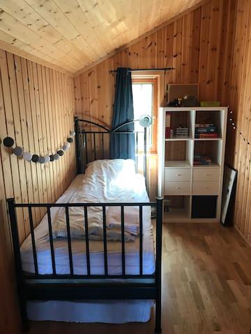 Soverom 3: Enkeltseng med ekstra madrass under sengen.