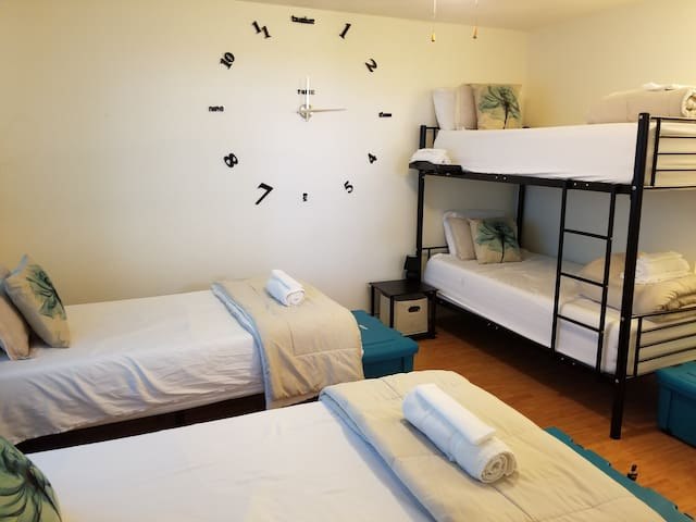 C4 Charming on a Budget(Hostel, TOP BUNK Twin bed)