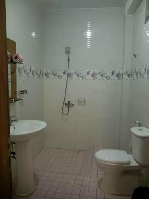 salle de bains première chambre