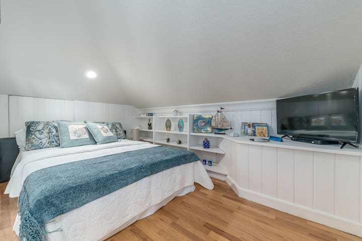 Small bedroom alcove