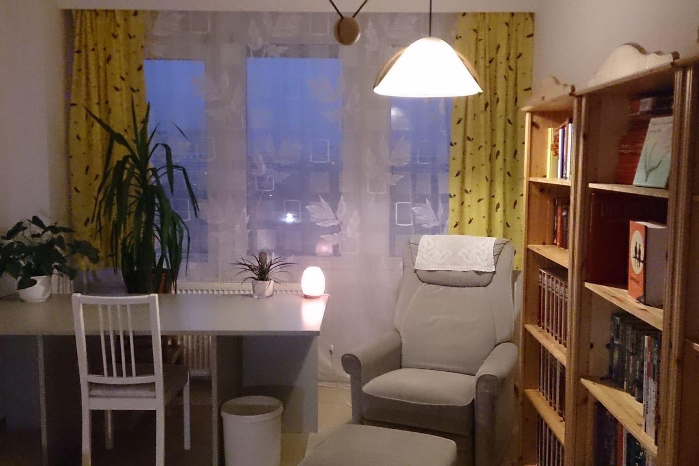 Gemütlich und genügend Platz zum Arbeiten und Blick auf den Balkon