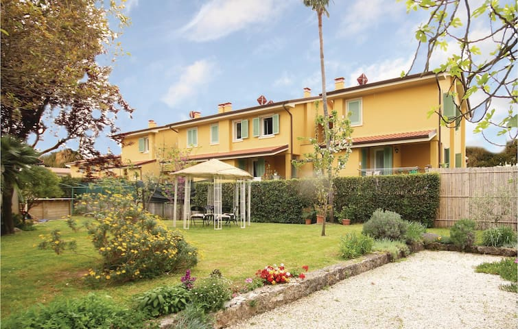 Holiday cottage with 4 bedrooms on 120m² in Capezzano Pianore -LU-