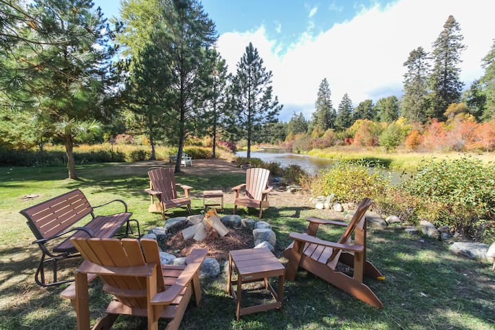 Riverfront cabin w/ fire pit, huge grass lawn, views & modern amenities!