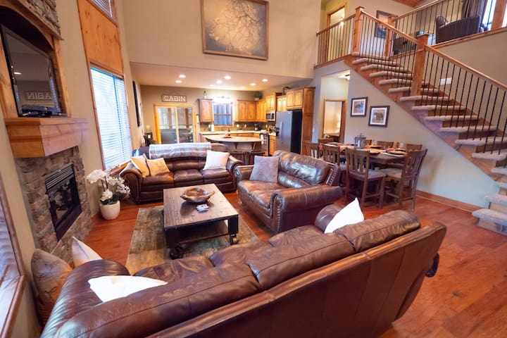 NEWLY REDECORATED!  Beautiful Cedar Rock Lodge!!