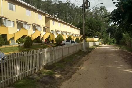 Linda casa com vista maravilhosa em condomínio.