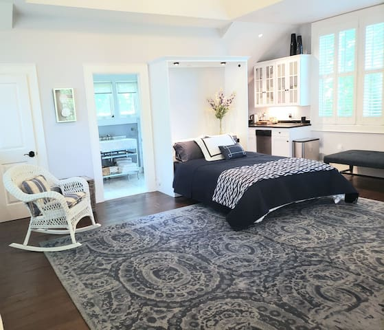 Luxury Studio, block from mansions, walk to beach