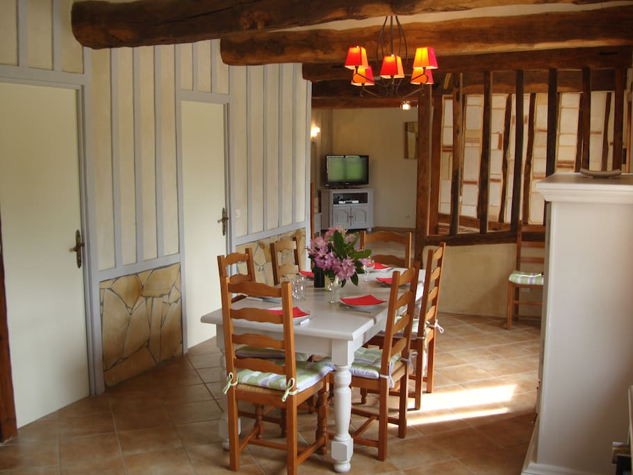 Les ch taigniers 8 personnes 3 chambres thi treville for Salle a manger warren silex