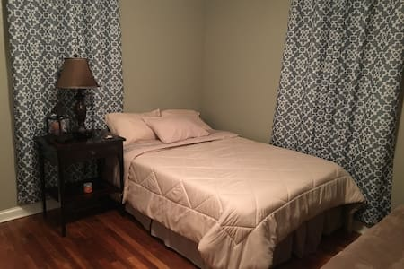 Comfy and Clean Private Room with Full Bed in NA - North Augusta - 独立屋