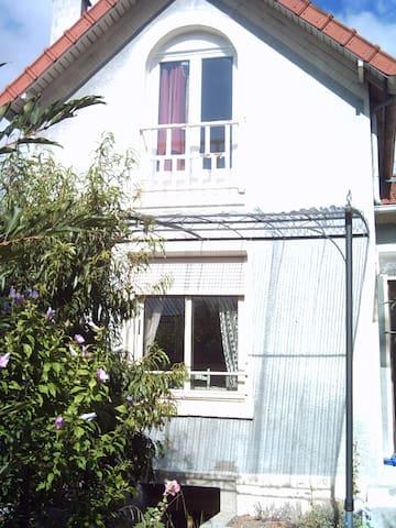 Premier étage d'une petite maison - Le Pecq - House