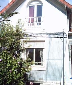 Premier étage d'une petite maison - Le Pecq