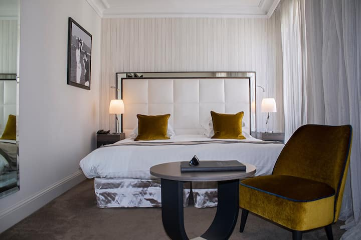 Hotel Le Canberra - Experience in a Tradition room