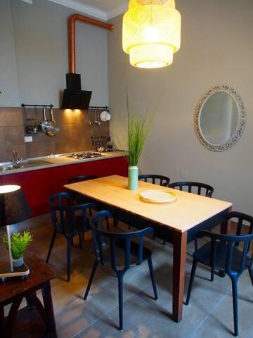 La cucina, un comodo tavolo e tutto ciò che ti serve per il soggiorno