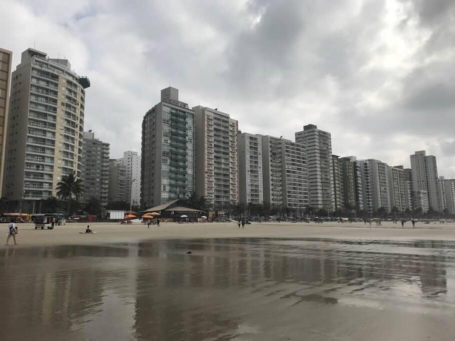 Praia com vista do prédio na lateral direita