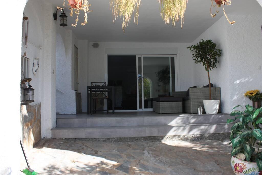 guesthouse bevindt zich op de begane grond, met privé terras.