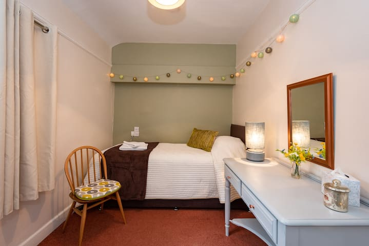 Second bedroom with a single bed