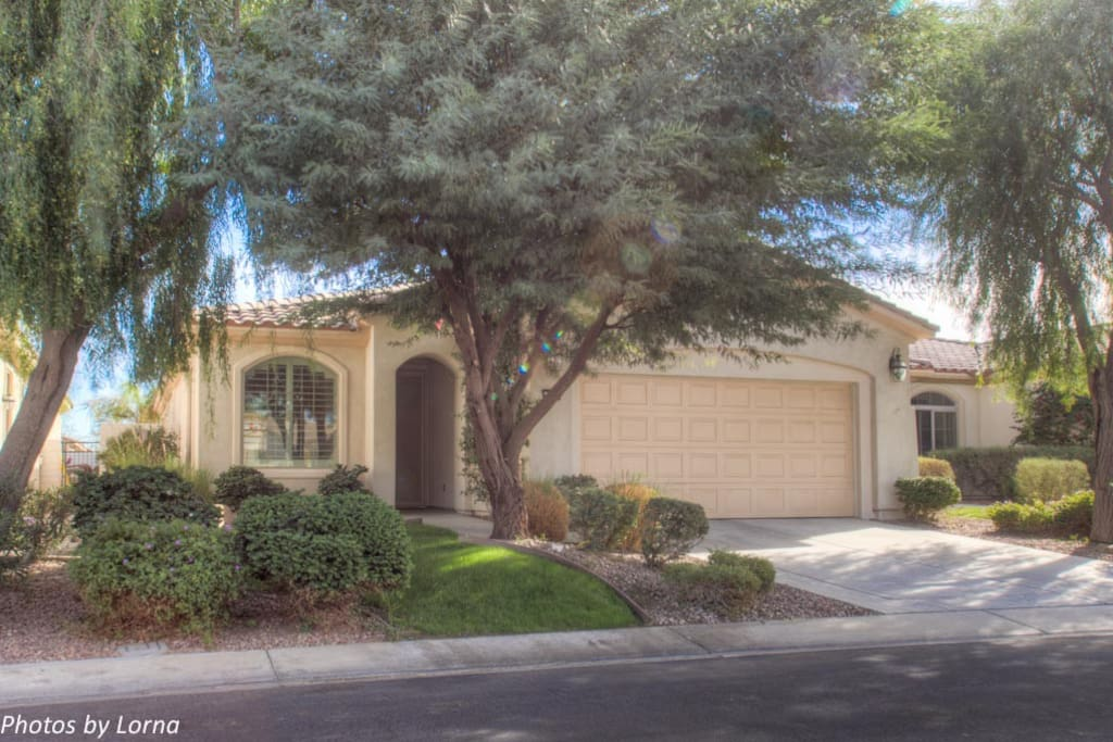 Desert styling, 1 garage space available and driveway parking