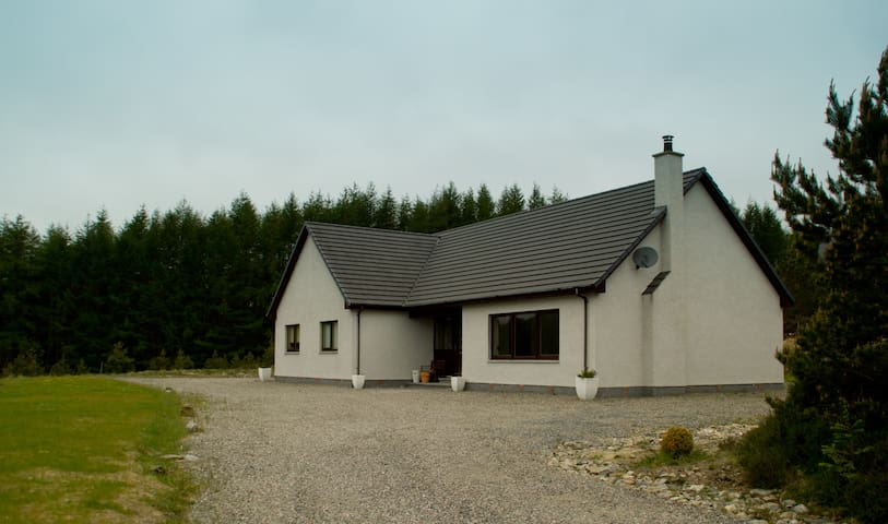 Hill House -luxury and private, close to Loch Ness