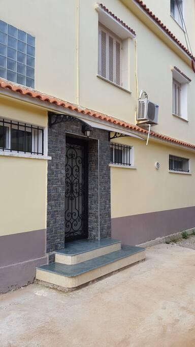 """Entrée principale privée des deux appartements """"ROMANA"""" et """"BELLE VUE""""."""