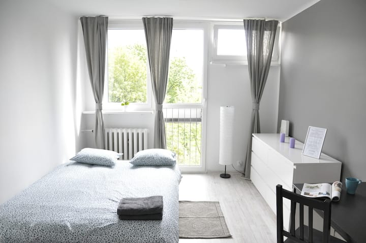 Cute Large Room with a park view