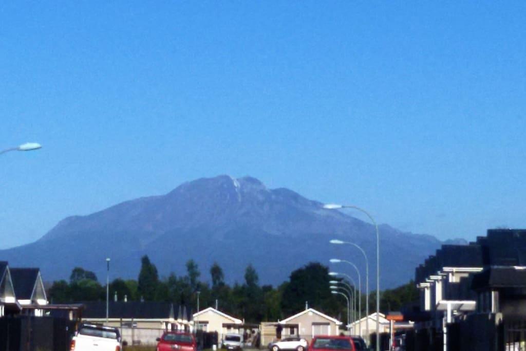 vista hacia el volcán Calbuco  y locomoción en la puerta de la casa