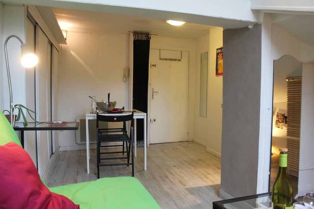 charmant studio coeur de ville vue montagnes appartements louer grenoble rh ne alpes. Black Bedroom Furniture Sets. Home Design Ideas