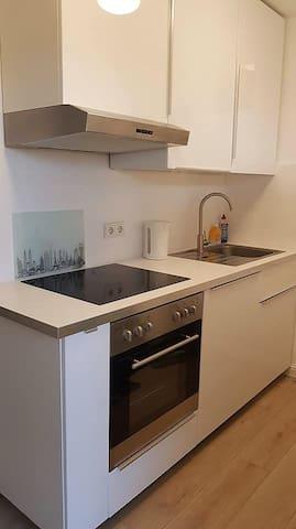 """""""Hochglanz"""" Küche • Geschirrspülmaschine • Backofen mit Ceranfeld • Mikrowelle • Kaffeemaschine • Toaster • Wasserkocher • Küchenservice • Pfannen und Töpfe"""