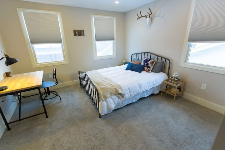 Comfortable & Chic Queen Bedroom near Detroit Zoo