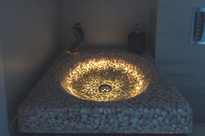 The dazzling lights of the sink